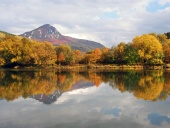 Disfrute de colina y el río Vah en oto?o