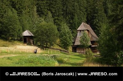 L'église en bois dans le musée en plein air Zuberec, Slovaquie