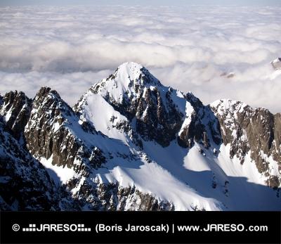 Sommets des Hautes Tatras au-dessus des nuages
