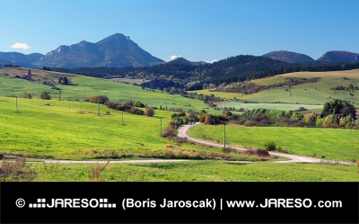 Vertes prairies à Bobrovnik et la Grande-Choc Montagne