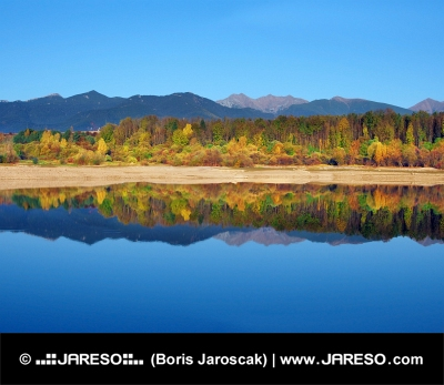 La réflexion des montagnes Rohace cours de l'automne