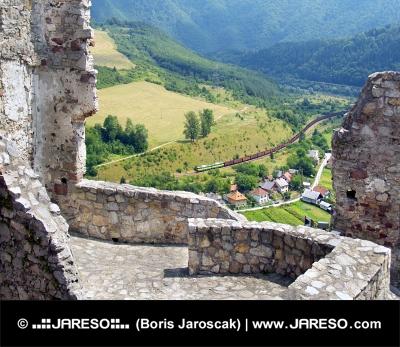 Vue d'été du château de Strecno