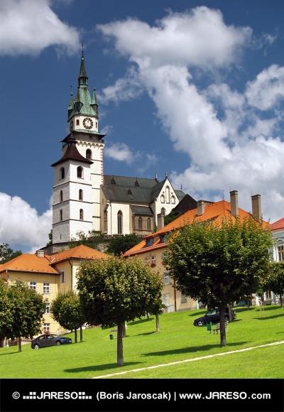 La place principale, l'église et le château de Kremnica