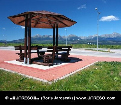 Abri avec des bancs et des Hautes Tatras
