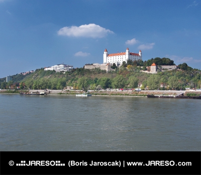 Le château de Bratislava dessus Danube