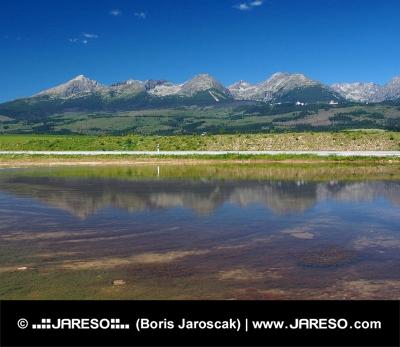 Reflet de Hautes Tatras dans le lac