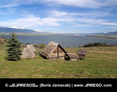 Maisons celtiques sur Havranok colline, la Slovaquie