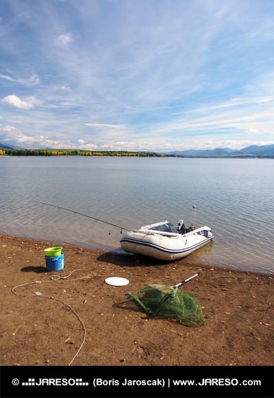 Du matériel de pêche et bateau à Liptovska Mara