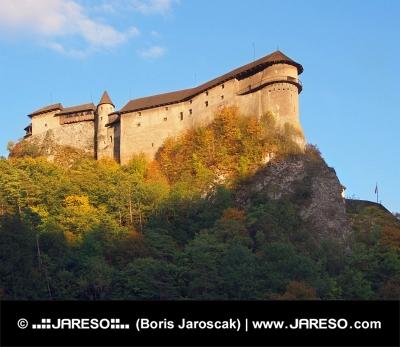 Château d'Orava au coucher du soleil au cours de l'automne