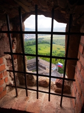 Une vue ? travers une fen?tre ? barreaux, château Lubovna