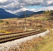 Chemin de fer vide au jour nuageux