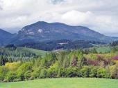 Campagne avec Lomy colline près Bobrovnik