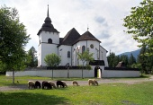 Église gothique de Pribylina avec des moutons