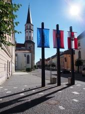 Clocher de l'église et des drapeaux à Levoca