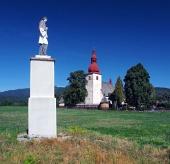 Statue et l'église de Liptovske Matiasovce