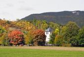 Les champs et l'église dans Liptovska Sielnica