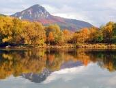 Dégustez colline et la rivière Vah en automne