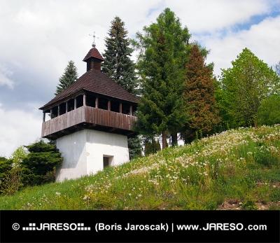 Istebne गांव, स्लोवाकिया में घंटी टॉवर।