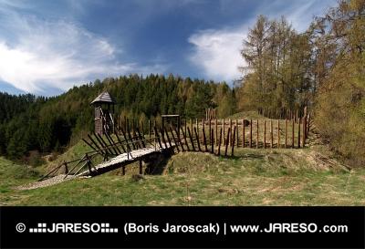 प्राचीन लकड़ी के किले