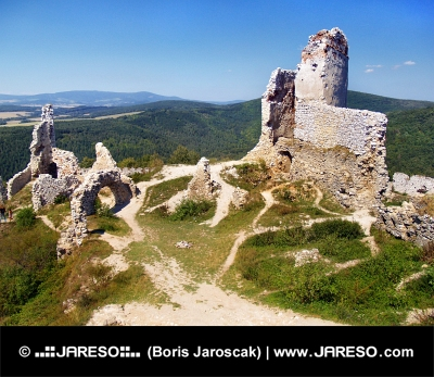 स्लोवाकिया में स्पष्ट गर्मियों में दिन के दौरान Cachtice के महल के अवशेष