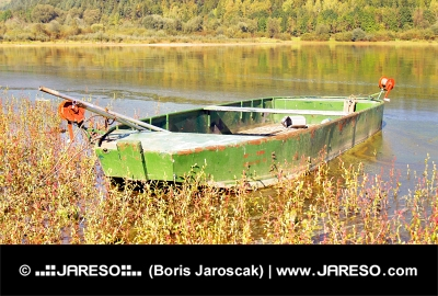 Liptovska मारा झील, स्लोवाकिया द्वारा ग्रीन नाव
