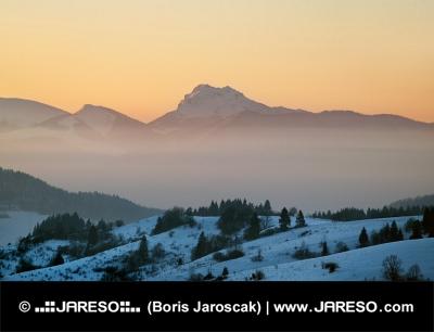 सर्दियों में सूर्यास्त में Velky Rozsutec