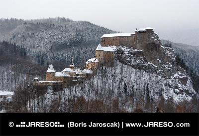 सर्दियों में Orava महल की सभी इमारतों