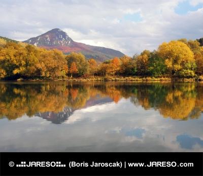शरद ऋतु में पहाड़ी और Vah नदी पीएं