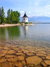 Liptovska मारा झील, स्लोवाकिया में धूप दिन