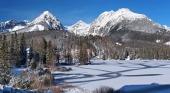 उच्च Tatras में जमे हुए Strbske Pleso