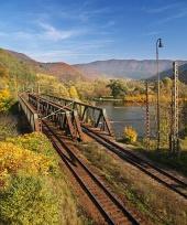 Kralovany, स्लोवाकिया के पास रेल पुल की शरद ऋतु दृश्य