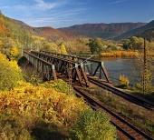 स्पष्ट शरद ऋतु दिन में डबल ट्रैक रेल पुल