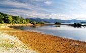 Liptovska मारा झील, स्लोवाकिया की शरद ऋतु किनारे