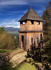 खुली हवा में संग्रहालय Havranok, स्लोवाकिया में लकड़ी की घड़ी टॉवर