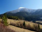 स्पष्ट वसंत दिन में पहाड़ और खेतों