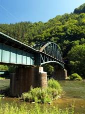 Strecno गांव, स्लोवाकिया के पास रेल पुल और Vah नदी की ग्रीष्मकालीन दृश्य