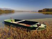 Liptovska मारा झील, स्लोवाकिया के तट पर रोइंग नाव