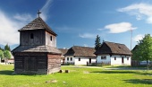 Pribylina, स्लोवाकिया में लकड़ी घंटी टॉवर और लोक मकानों