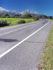 स्पष्ट गर्मी के दिन में उच्च Tatras के लिए रोड