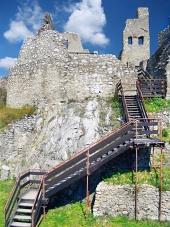 Beckov, स्लोवाकिया के महल में सीढ़ियों के साथ आंतरिक