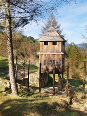Havranok पहाड़ी, स्लोवाकिया पर लकड़ी के दुर्ग और घड़ी टॉवर