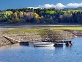 Liptovska मारा झील, स्लोवाकिया की छोटी नौकाओं और किनारे