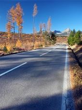 शरद ऋतु में Strba से उच्च Tatras के लिए रोड