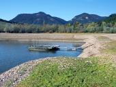 नाव Liptovska मारा झील के तट पर लंगर डाले
