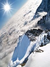 सूरज की किरणों के साथ Lomnicky पीक पर बादलों के ऊपर