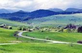 Bobrovnik गांव के ऊपर हरी घास के मैदान