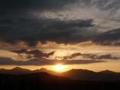 स्वर्ण सूर्यास्त और cloudscape