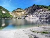 शरद ऋतु के दौरान स्लोवाकिया में Sutovo झील