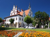 Levoca, स्लोवाकिया में फूल और टाउन हॉल