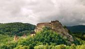 बादल गर्मी के दिन में हरी पहाड़ी पर राजसी Orava महल